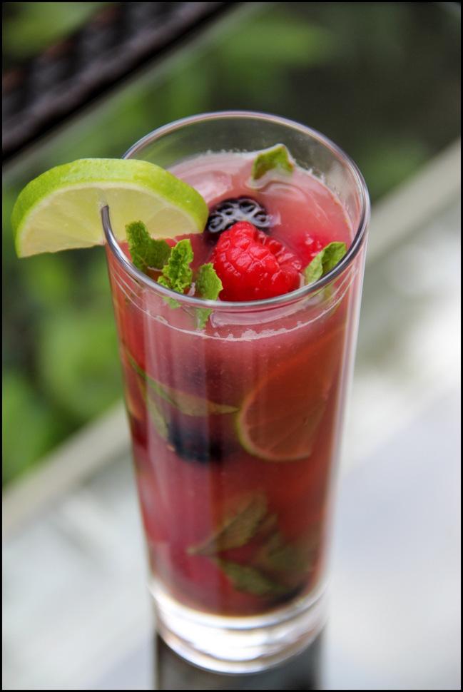 Coctel mojito de frutas con moras y fresas